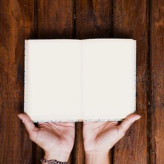 Libro aperto su legno vecchio