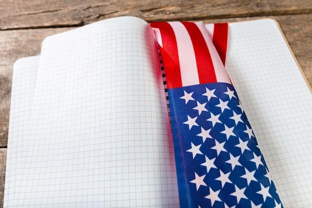 Libro aperto sulla bandiera americana