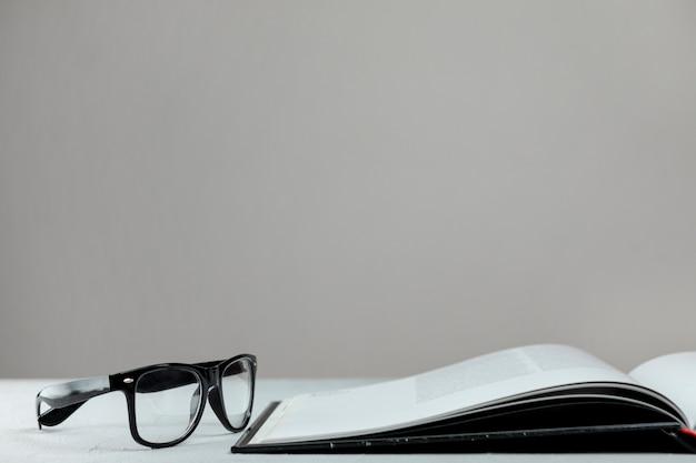 Libro aperto vista frontale con gli occhiali