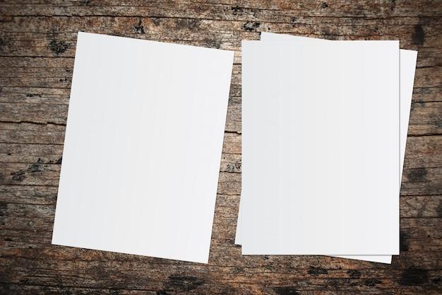 Libro bianco e spazio per il testo su sfondo in legno vecchio