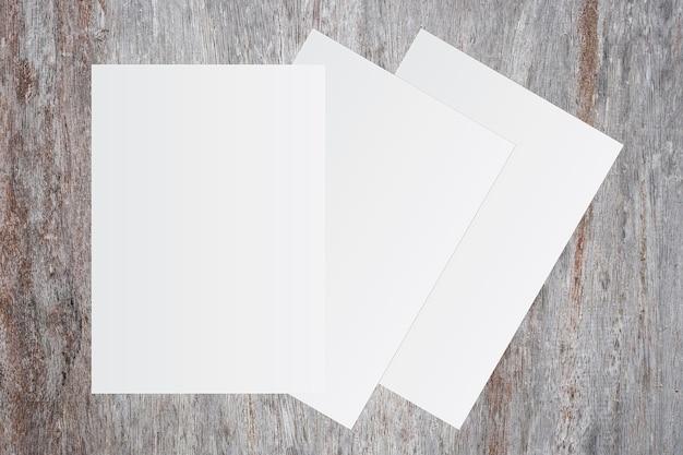Libro bianco in bianco su fondo di legno marrone per l'immissione di testo