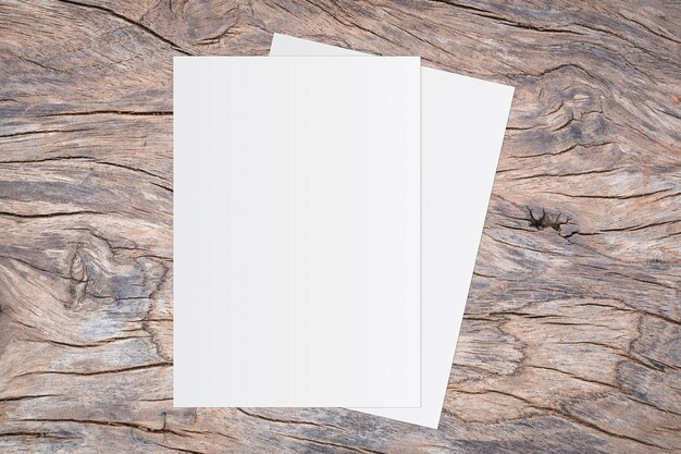 Libro bianco in bianco su fondo di legno marrone per l'immissione di testo.