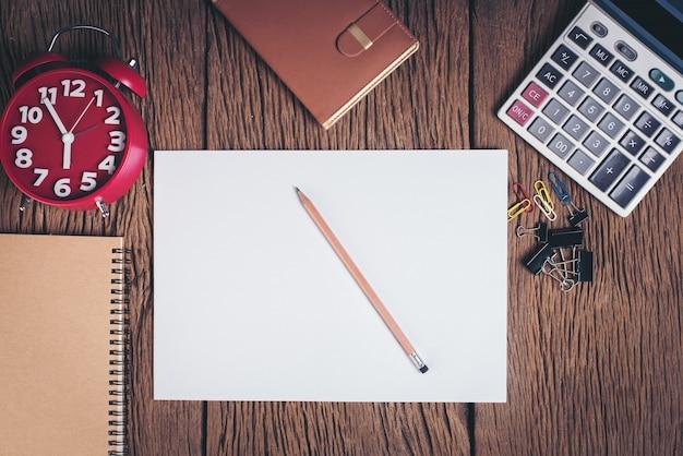 Libro bianco in bianco vista dall'alto sull'area di lavoro scrivania in legno