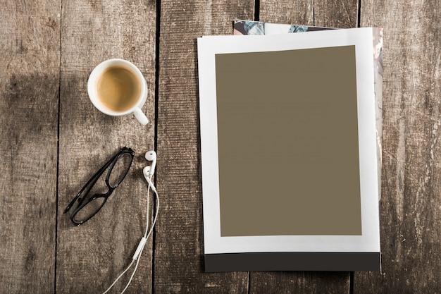 Libro bianco o copertina di una rivista su legno