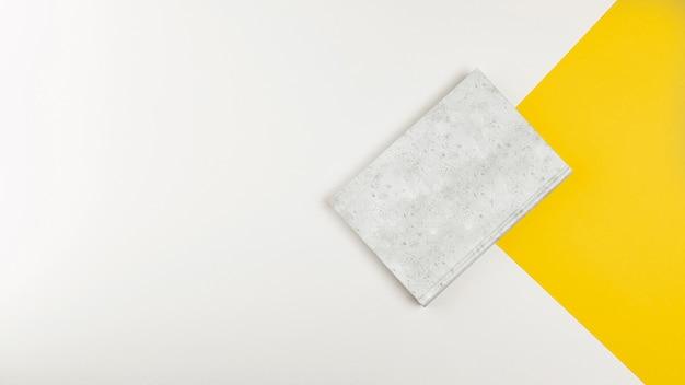 Libro chiuso di disposizione piana con fondo bianco