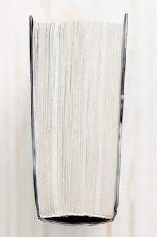 Libro con copertina rigida vista dall'alto con sfondo bianco