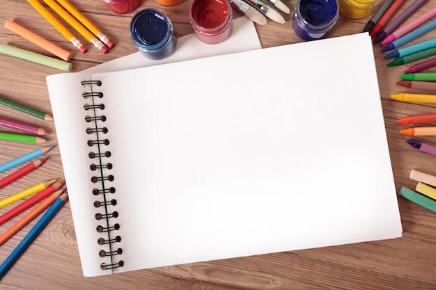 Libro d'arte della scuola sulla scrivania