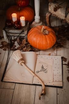 Libro degli incantesimi per halloween, zucche e candele.