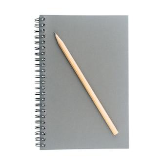 Libro dello sketch legato a filo o spirale fatta da bordo grigio e matita di legno isolato su sfondo bianco.
