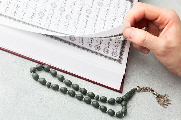 Libro di corano islamico di nuovo anno del primo piano