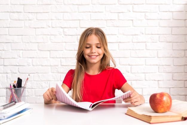 Libro di esercizi di lettura studentessa casual