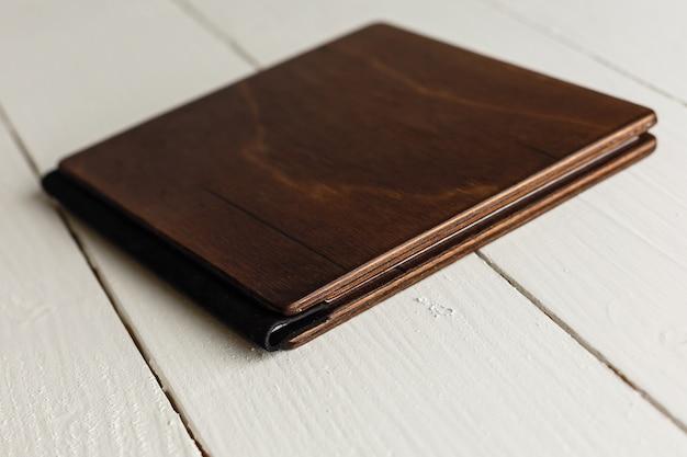 Libro di legno su un bianco