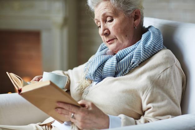 Libro di lettura abbastanza senior della donna