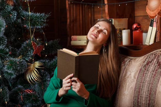 Libro di lettura bella donna
