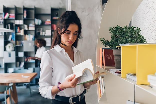 Libro di lettura coperta di giovane donna