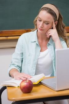 Libro di lettura dell'insegnante alla sua scrivania