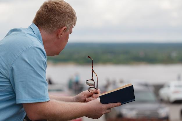 Libro di lettura dell'uomo all'aperto