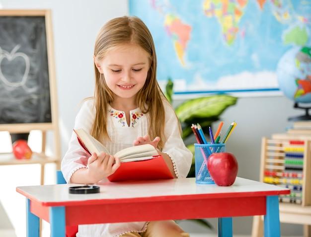 Libro di lettura della bambina