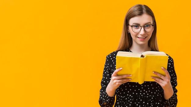 Libro di lettura della donna dello copia-spazio