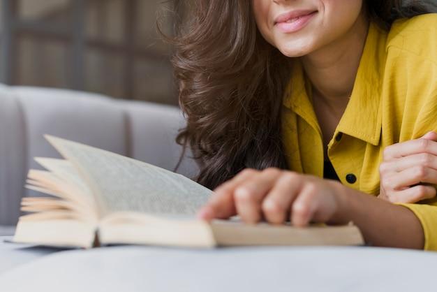 Libro di lettura della donna di smiley del primo piano