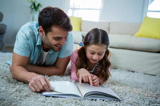 Libro di lettura della figlia e del padre nel salone