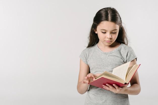 Libro di lettura della ragazza minore in studio