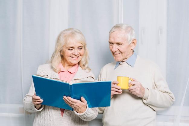 Libro di lettura delle coppie senior