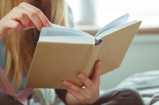 Libro di lettura donna in camera
