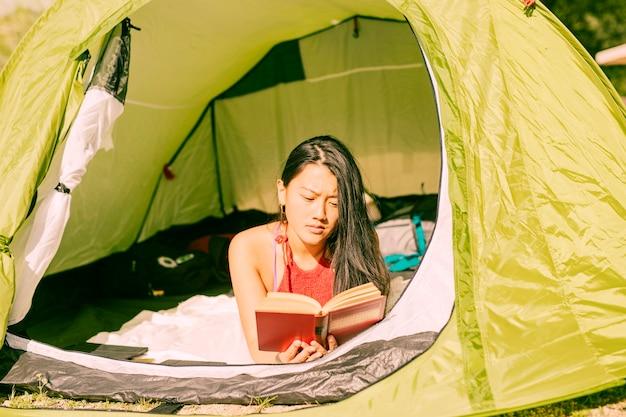 Libro di lettura donna in tenda
