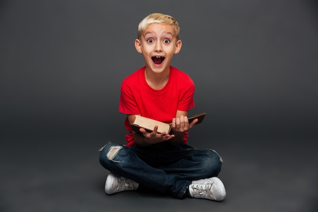 Libro di lettura emozionante felice del bambino del ragazzino.
