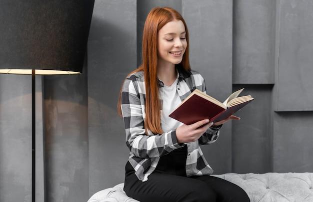 Libro di lettura moderno della donna all'interno