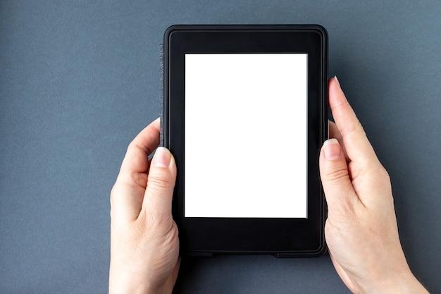 Libro elettronico con uno schermo vuoto vuoto nelle mani