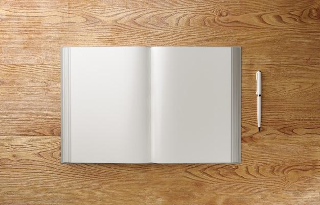 Libro fotorealistico in bianco a4 sulla tavola di legno leggera, illustrazione 3d.