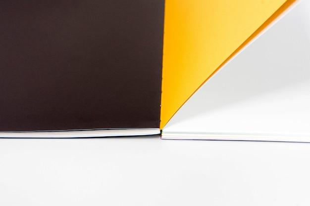 Libro in bianco aperto al fondo giallo nero bianco della carta di progettazione.