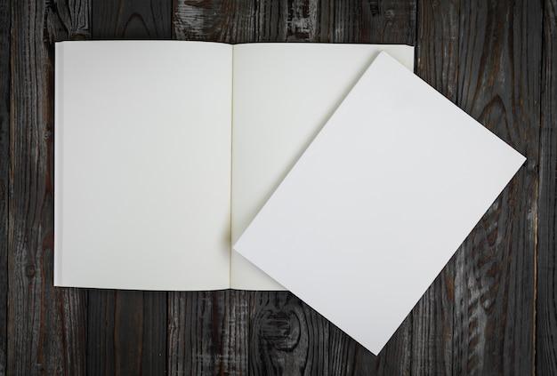 Libro in bianco su un tavolo di legno visto dall'alto