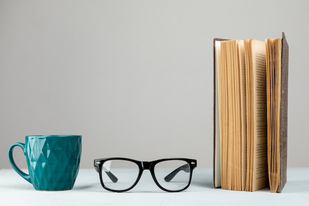 Libro in piedi vista frontale con gli occhiali