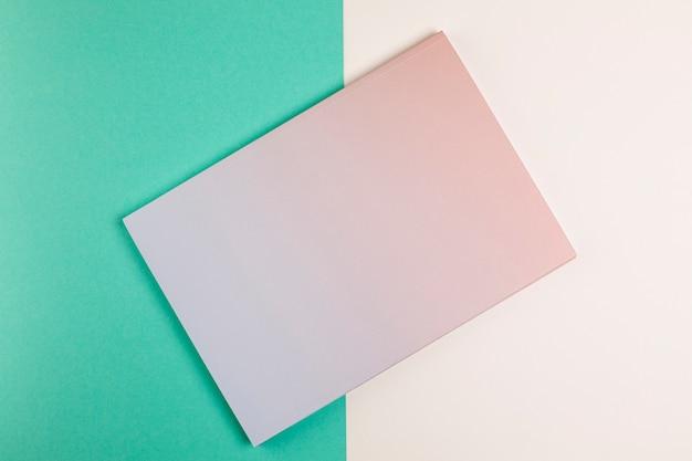 Libro piatto laico con sfondo colorato