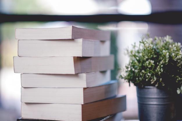 Libro posto sulla scrivania un sacco di libri