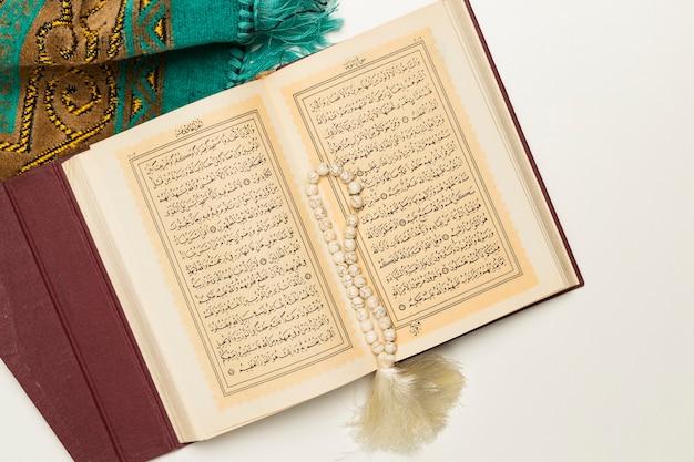 Libro sacro con bracciale e tappetino