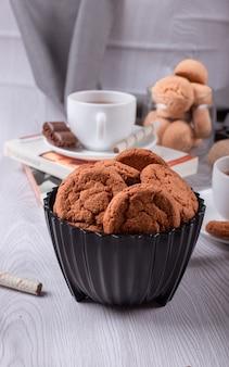 Libro, tazza di tè e cioccolato