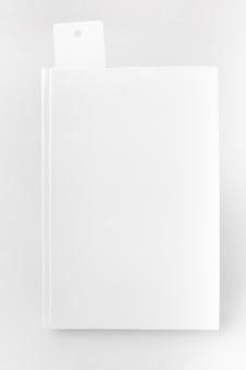 Libro vista dall'alto con segnalibro sulla scrivania