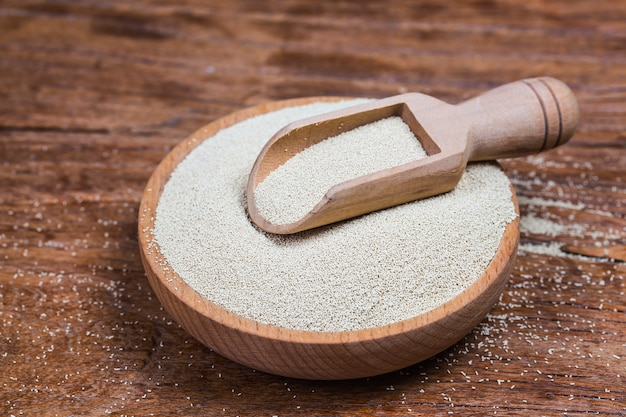 Lievito grezzo biologico per la cottura del pane su uno sfondo