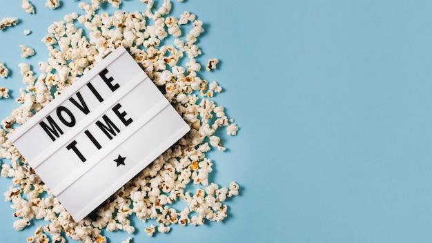 Lightbox copia-spazio con popcorn sul tavolo