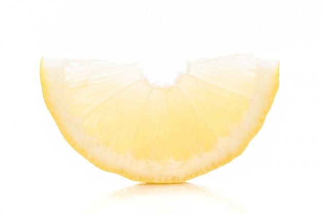 Lime giallo affettato su sfondo bianco.