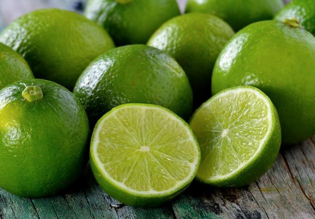 Lime sul tavolo di legno