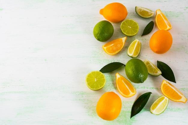 Limes e limoni su sfondo verde chiaro,