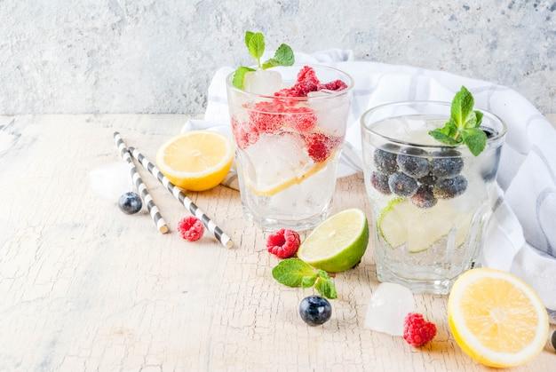 Limonata ai frutti di bosco con vari vassoi