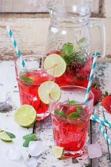 Limonata alla fragola in un bicchiere