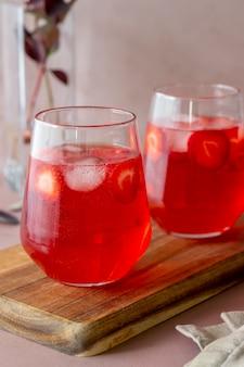 Limonata alla fragola su uno sfondo rosa. bevande fredde. estate. ricetta.