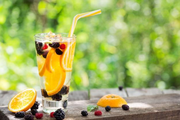 Limonata cocktail di arancia e frutti di bosco